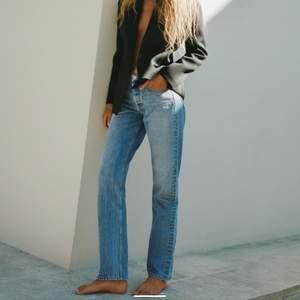 Söker dessa jeans från zara i storlek 38. (Mid rise) Har precis köpt dessa fast i mörkblå, men vill hellre ha ljusblå. Byter gärna mot mina mörkblå!