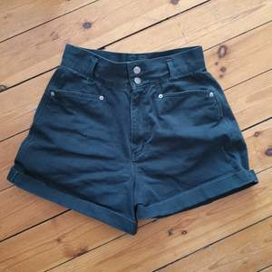 så fina jeansshorts med hög å markerad midja! i en mörkgrön färg.. fint skick!