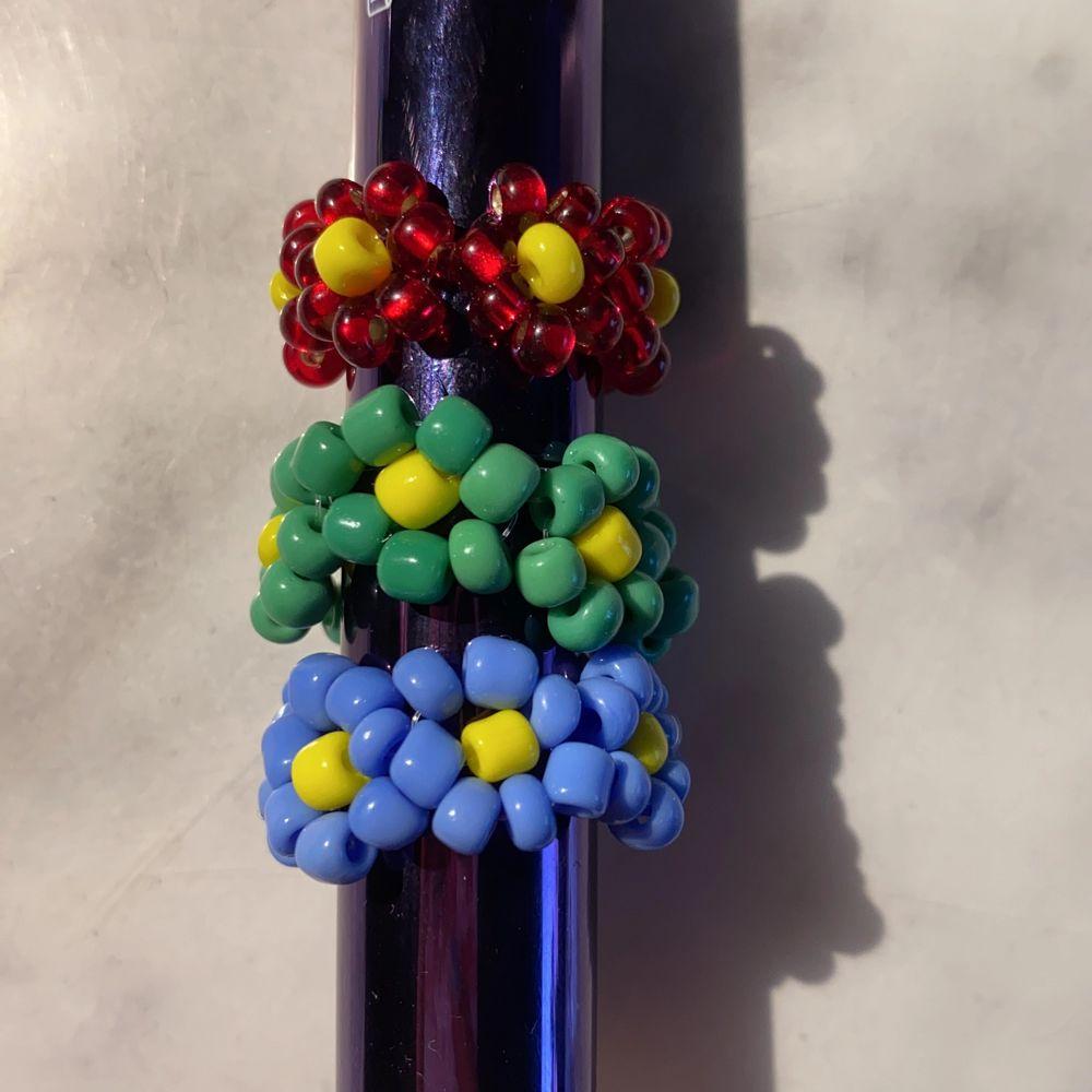 Säljer trendiga ringar med mönster av blommor! Det går att välja mellan lite olika färger, om man vill ha strechig eller inte, hur stor den ska vara och vilka pärlor den ska bestå av! Kontakta om du är intresserad, för mer info! Pris: 13kr/st + frakt (frakten kan variera beroende på hur många man köper). Accessoarer.