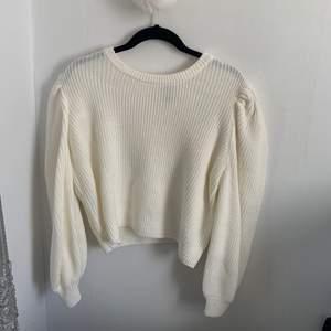 Benvit stickad tröja från H&M i storlek M🤍 Svår att ta kort på men baksidan är på bild 3,  Har lite av en puffärm⚡️ (sticks inte eftersom den är så mjuk i materialet)  Endast använd en gång och har en liknande så därför säljer jag denna💫 Fraktas för 40kr!☺️