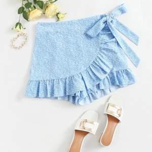 Säljer denna super fina och somriga kjol i storlek S, fint skick🤍 frakt tillkommer!