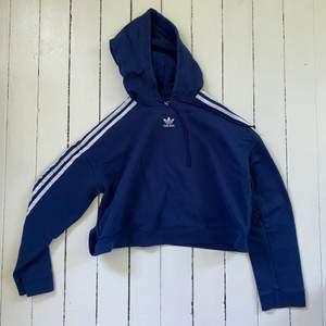Blå croppad hoodie från adidas, kommer inte till användning längre