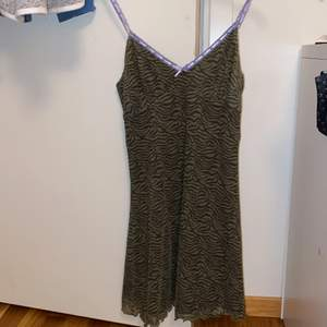 En jätte fin klänning från Urban outfitter som är helt ny med lappen kvar jag känner inte att jag kan få användning för den och därför vill jag sälja den. Nypris är 499