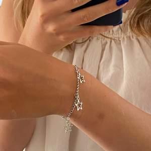 Handgjort armband i silvrig kedja med stjärnor. Justerbart så passar alla💕 Jättefint till alla outfits och smycken🥰 Frakt 12kr💜