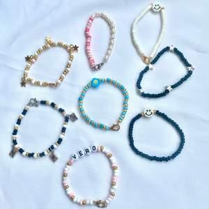 Nu finns dessa super fina armband att köpa! Armbanden är gjorda av elastisk tråd så de bör passa de flesta handlederna. De är mellan 14-16 cm, men vid önskan kan jag fixa din egna storlek.  Vid beställningar på armband med namn eller smiley/blomma får ni välja färg samt eget namn.  Armbanden kostar 29kr styck. Men det tillkommer även frakt på 13kr!💞⚡️