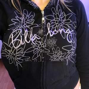 Ascool 2000-tals hoodie köpt second hand. Den är lågmidjad i passformen och sitter väldig fint på. Har även jättesöta detaljer av blommor på luvan och bröstet🌻🌼💅