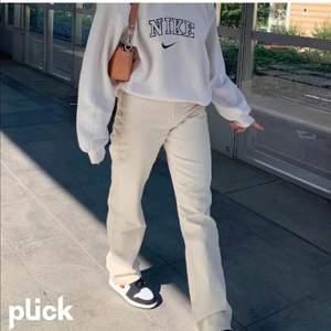 gräddvita raka loose fit jeans från weekday! använda 2 gånger. pris kan alltid diskuteras :) bilderna är lånade.