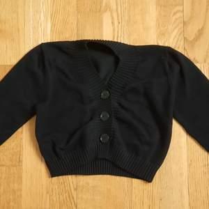Säljer min fina fitted svart cropped cardigan. Kondition: jättebr, använts knappt. Storlek: xxs/xs. Bud start från 100 kr + frakt. Ignorera hashtagen