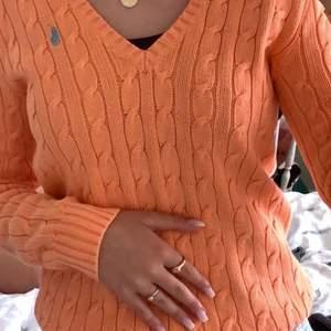 En ralph lauren tröja i storlek s. Vet ej om den är äkta eller inte då den är köpt secondhand. Den är korellfärgad med ett turkost ralph märke .💞💘 kontakta vid intresse eller frågor 🌸 60kr + frakt