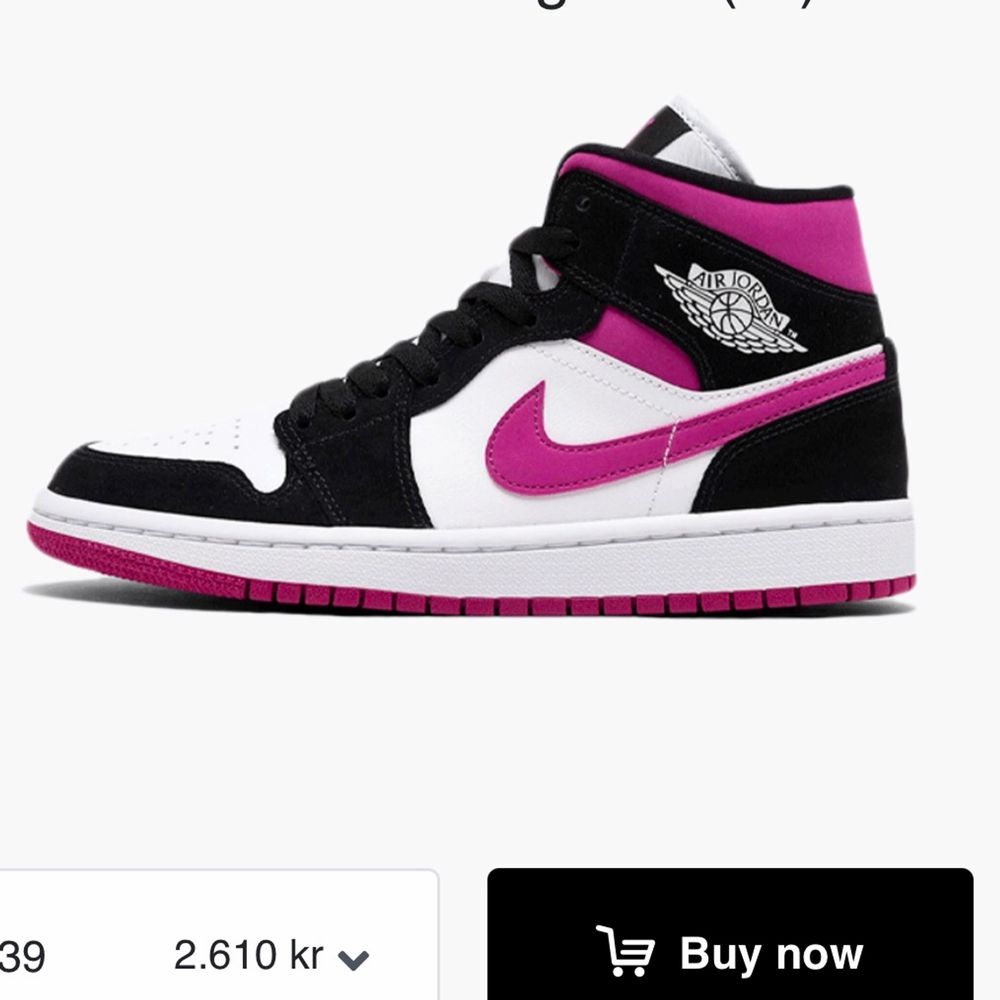 Säljer dessa Jordan 1 i storlek 37,5!! Bara använda fåtal gånger så de är i fint skick. Har bytt skosnören då jag tyckte att originalen var för långa, men man får med de andra också!! Givetvis äkta💞 Säljer vid bra bud. Skor.