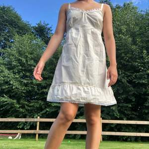 Gullig beige klänning med spets och rosett detaljer!🤍 Den har en volang och knytning bak! Köpt från Cellbes för 249:- och är bra skick! Storlek 38/40 och passar både XS, S & M eftersom man kan välja knytning bak!