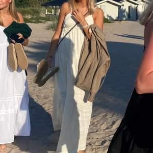 Beige/vit klänning från bikbok! Slutsåld! Köpt för 400 kr, endast använd 2 gånger!