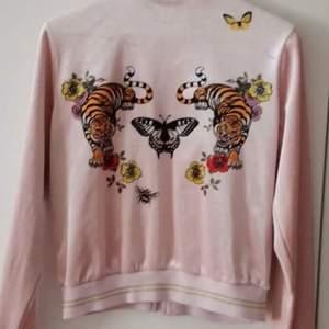 En ljusrosa tröja med dragkedja  Med fint mönster på baksidan 🐅 Hel och ren !  Strl S