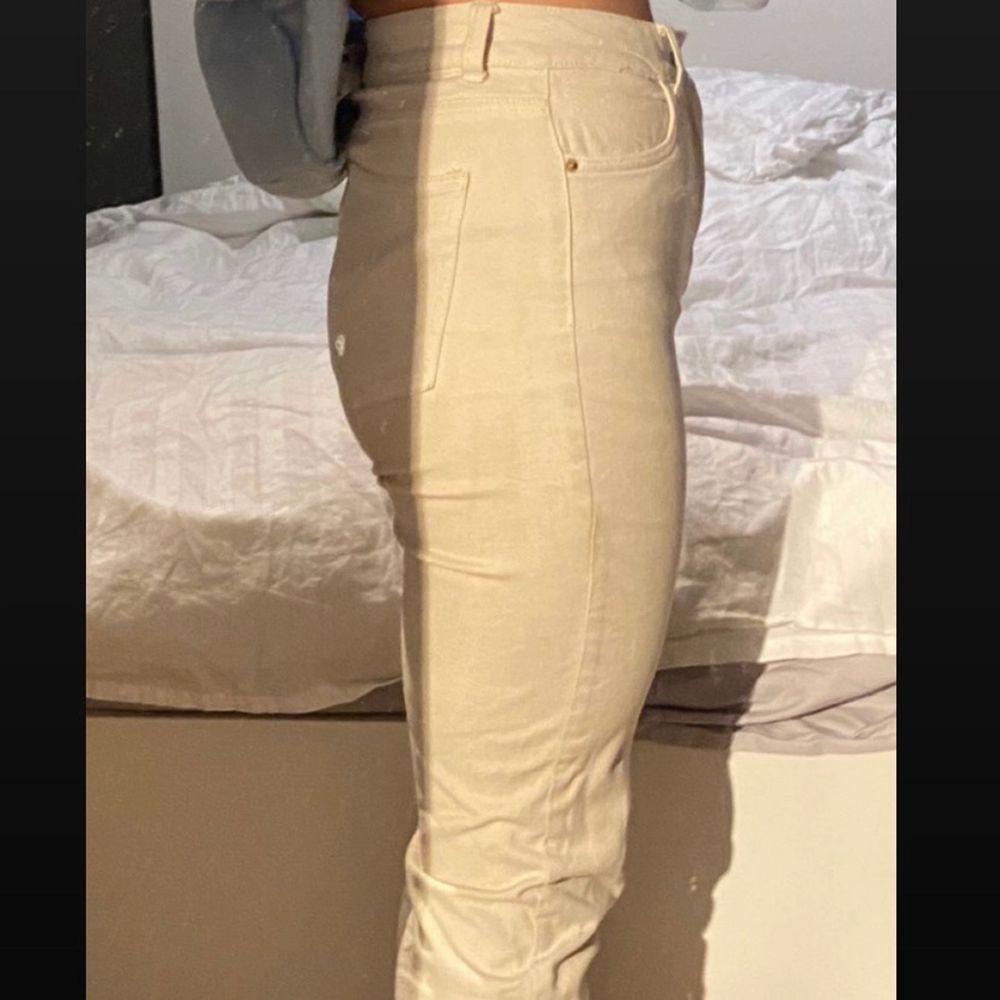 Jättefina beiga skinny jeans i storlek w26 & l32 men passar mig bra som är normalt storlek 38. Stretchiga, mycket bekväma & formar bakdelen & benen fint. Köpta här på plick men aldrig fått användning av dem. Inga defekter som jag kan hitta. Dm för frågor/eventuellt intresse så svarar jag så fort jag kan! . Jeans & Byxor.