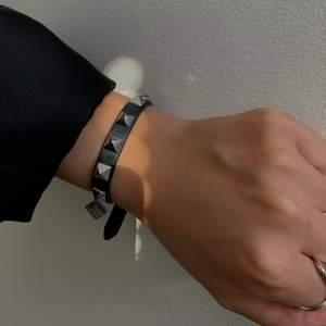 Säljer detta valentino liknande armband som ser och känns extremt äkta ut! Köpt från en annan tjej på plick💕⚡️⚡️Kom ihåg att alltid vara säker på att du kan genomföra köpet med det bud du lägger.