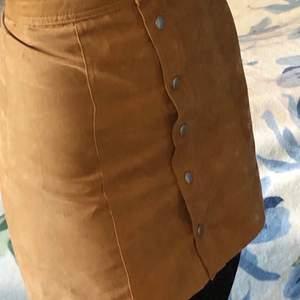 Kjolen är i nyskick och har endast används en gång. Den är i storlek 32 och jag säljer den för att den inte riktigt är min stil. Kjolen har även ett innerfoder. Köpt från hm.