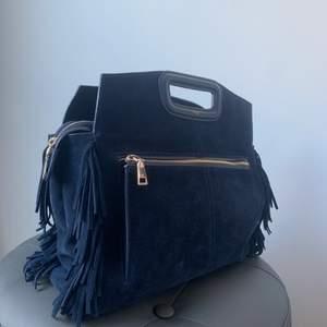 INTRESSEKOLL! På min väska från Maje. Den är i en lite mörkare blå mocka. I en större modell. Med måtten 31x29x12.5cm. Det är slut på Majes hemsida. Nypris är 3700kr. Skriv privat vid intresse eller om du har några frågor🤍