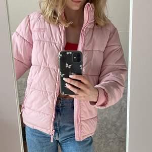 Sjukt snygg och unik rosa puffer jacka.