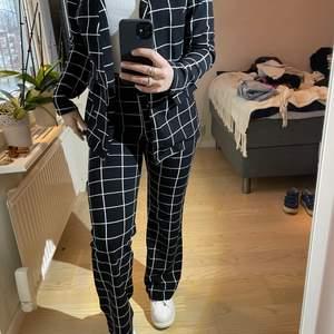 Supersnyggt kostymset men i sååååå skönt material. Kommer inte till användning längre🤍🤎