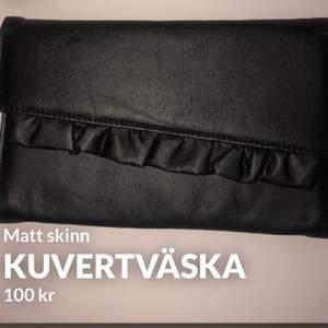 Svart kuvertväska med volang