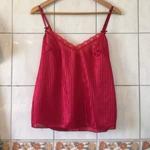 Rött randigt satin linne som är helt oanvänt!