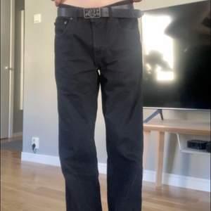 Snygga vintage Tommy hilfiger Jeans köpta på Beyondretro för typ 2 år sen. Dem är tyvärr lite för långa på mig (jag är 168).      Innerbenslängd 77cm.                                      Midja: 78cm. Köpare står för frakt puss💃🏽❤️