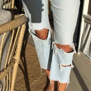 Supersnygga jeans ifrån zara i strl 38! Säljs då de är för korta på mig! (Innerbenslängden är 63cm) fint skick men kommer inte till användning här.. köparen står för frakten & det är bara att höra av sig om du är intresserad eller undra på något!🌼