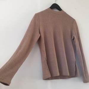 Brun lång tröja med halv turtleneck och slits på varsin sida längs midjan. Tajt men mer lös där nere storlek S säljer då det inte är min still aldrig använd helt ny.