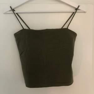 Super fin mörkgrön linne från ginatikot som är välanvänt. Den har ett litet tyggstycke inanna för tröja över brösten så de inte blir lika genomskinlig. Vid intresse eller frågor kontakta mig privat. OBS! Köparen står för frakten
