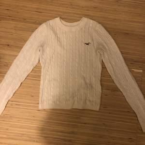 Säljer en jättefin vit hollister tröja som inte kommer till användning längre. Koftan är använd ett antal gånger. Nypris 400 kr. Köparen står för frakten och kan själv välja fraktalternativ.