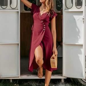 Fin omlottklänning som jag tyvärr aldrig använt. Den förtjänar ett bättre hem! Ej genomskinlig, 100% bomull. Ej stretchig.