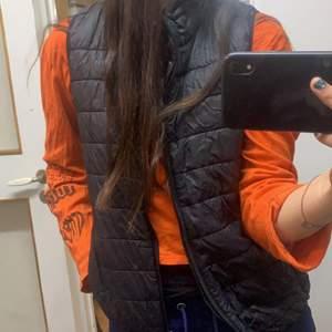 Säljer en fin väst fin att ha över en hoodie ❤️ säljer då den ej längre kommer till användning och har för många västar❤️