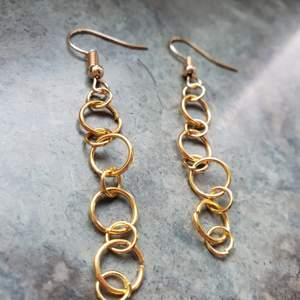 Handgjorda örhängen med guldiga kedjor och guldiga krokar. Kolla även in min instagram: siris_orhangen om du vill se mer örhängen