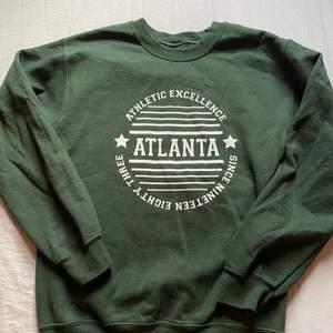 Trendig grön sweatshirt från daisy street i vitt tryck. Bra skick. Hör av dig om du vill köpa! Köparen står för frakt💓💓