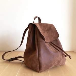 Jättefin ryggsäck nästintill oanvänd. Den är handgjord och ej av skinn. Rymmer en laptop. Köpt för 800 säljer för 450 kr. Räknar ut frakt senare!