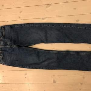 Mörkblå Weekday Space Relaxed Straight Jeans. Knappt använda och inga skador på plagget. Kontakta mig gärna för fler bilder och mer info:)