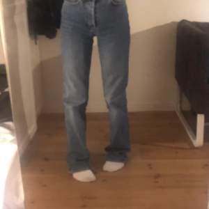 sjukt snygga straight fit jeans från bok bok. säljer pga att jag ha liknande, fint skick! köpta för 599kr, 250 eller buda!!