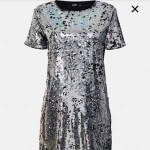 Paljettklänning i silver från Bik Bok, storlek S. Aldrig använd.