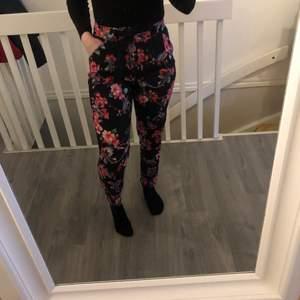 Fina tunna byxor från Lindex i storlek 36, jag har sprättat upp sömmen vid benen för att göra de längre, går enkelt att sy upp med raksömn om så önskas! 🌸