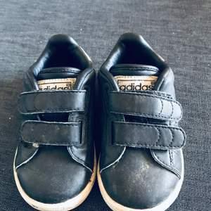 Svarta adidas skor i storlek 20. Använda ca 4-5gånger.