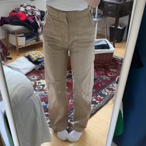 Skitsnygga byxor i chinosmaterial typ, från Carin Wester. Köpta på Åhléns för nått år sen. Står storlek 34 men jag har 36 i vanliga fall och är 160 lång, och de sitter perfekt på mig. ⚡️ skriv för mer mått/ diskutering av pris osv :)