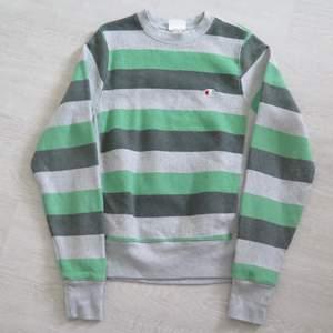 Unik Champion randig sweatshirt strl S. 66 kr spårbar frakt.  Skicka meddelande vid frågor/fler bilder! Notera att små defekter kan finnas då den inte är ny. Större brister nämns tydligt i annonsen/visas på bild. OBS! Bud är bindande!!!!!!!