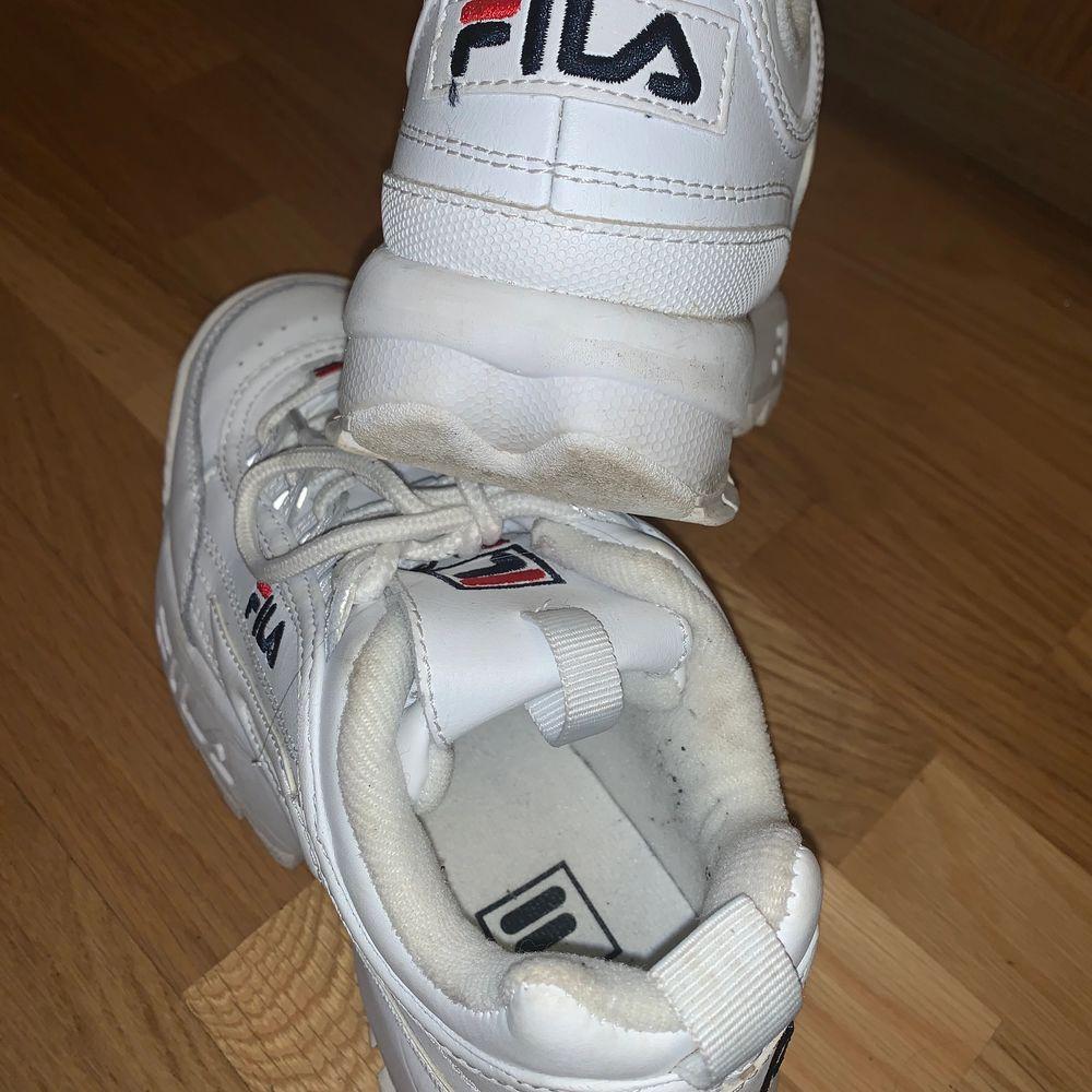 Vita fila skor köpta i Paris men knappt kommit till användning tyvärr 🥺 priset går att diskuteras . Skor.