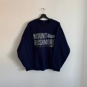 """Vintage """"Mount Rushmore"""" sweatshirt, Den är i mycket bra skick och storleken är S/M, hänvisa till modellen som är 180cm."""