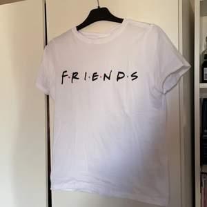 Vit friends t-shirt. Inte använd. Super fin från hm. Trots xs lite större i storleken. Skulle säga S