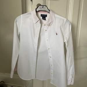 En Ralph lauren skjorta som inte kommer till användning längre. Använd Max 5 gånger