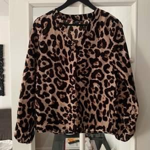 Säljer denna helt nya långärmade leopard blusen i storlek S. Aldrig använd. Säljer för 70 kr. Köparen står för frakten!