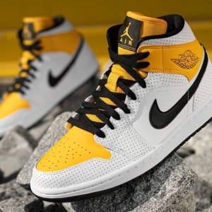 Säljer dessa trendiga och snygga Jordan 1 mid i storlek 39. Dessa skor är självklart 100% äkta och kvitto finns vid fråga. Skorna kostar endast 1500kr. Fraktkostnad tillkommer!