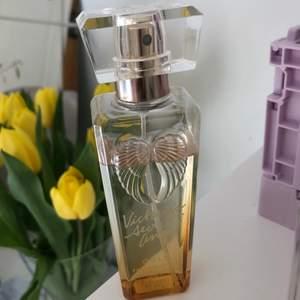 """Body mist ifrån Victoria Secret i doften """"gold""""💛💛 Säljer då jag har använt så många flaskor av denna så jag tröttnat på doften😛💕 FRAKT INGÅR I PRISET🌈🌈"""