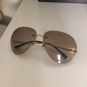 Äkta chanel solglasögon, går ej att köpa längre. Några stenar har ramlat av (se bild 2 + 3) men annars i superbra skick. 💕💕